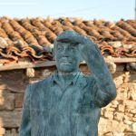 Foto Escultura de Bronce Oteando el Valle 4