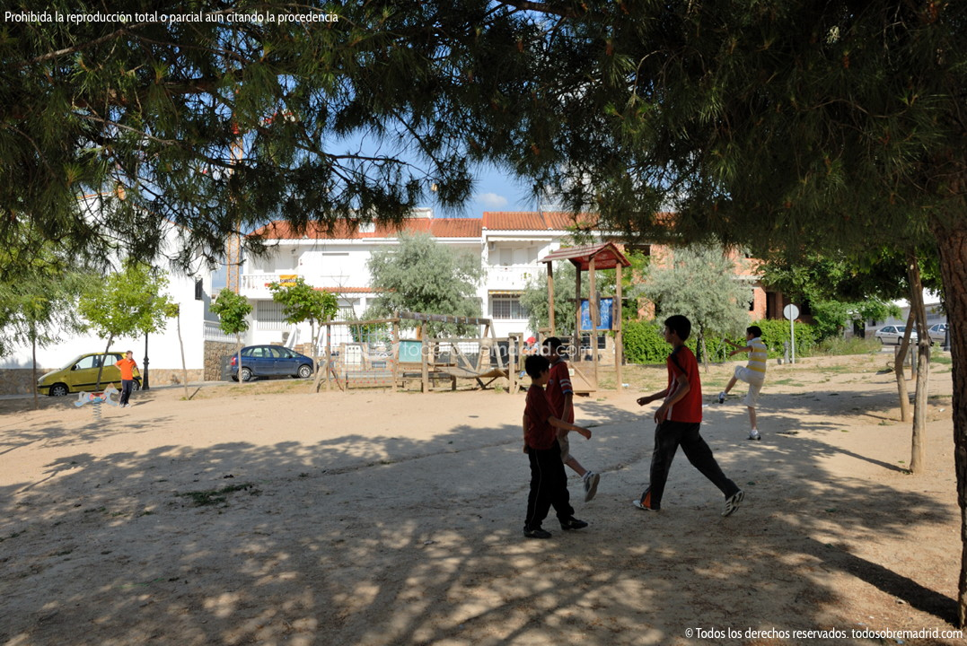 Foto parque infantil en torres de la alameda 1 - Piscina torres de la alameda ...