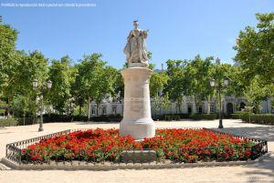 Foto Escultura a Su Majestad la Reina Doña Bárbara de Braganza 1